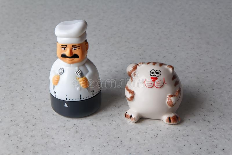 Таймер в форме повара с котом в кухне стоковое фото rf