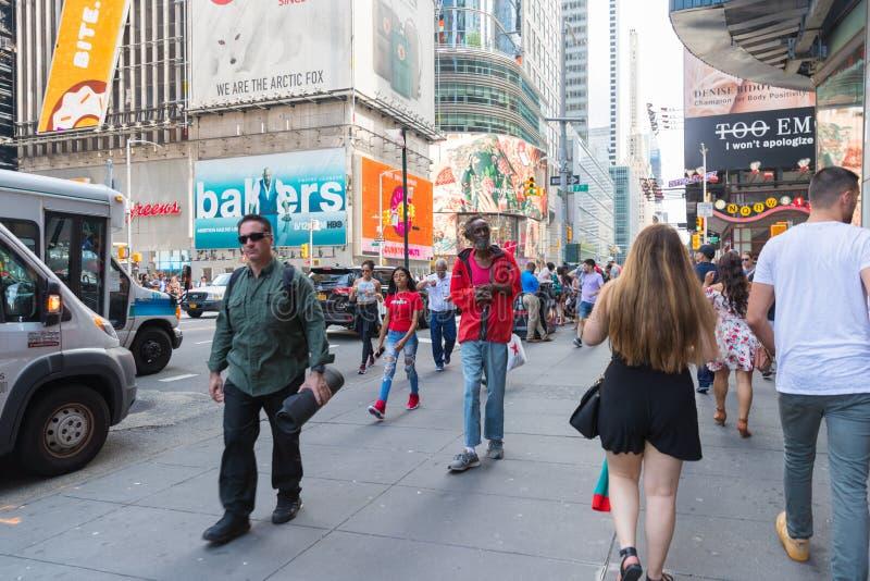 Таймс площадь, занятое туристское пересечение неоновых искусства и коммерции и иконическая улица Нью-Йорка стоковая фотография