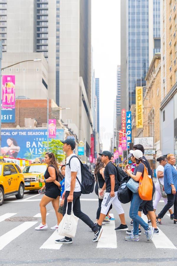 Таймс площадь, занятое туристское пересечение неоновых искусства и коммерции и иконическая улица Нью-Йорка стоковое фото rf