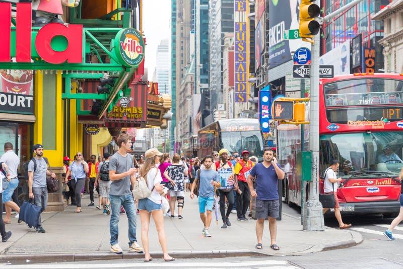 Таймс площадь, занятое туристское пересечение неоновых искусства и коммерции и иконическая улица Нью-Йорка стоковое изображение rf
