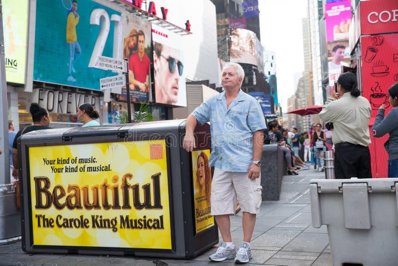 Таймс площадь, занятое туристское пересечение неоновых искусства и коммерции и иконическая улица Нью-Йорка стоковая фотография rf