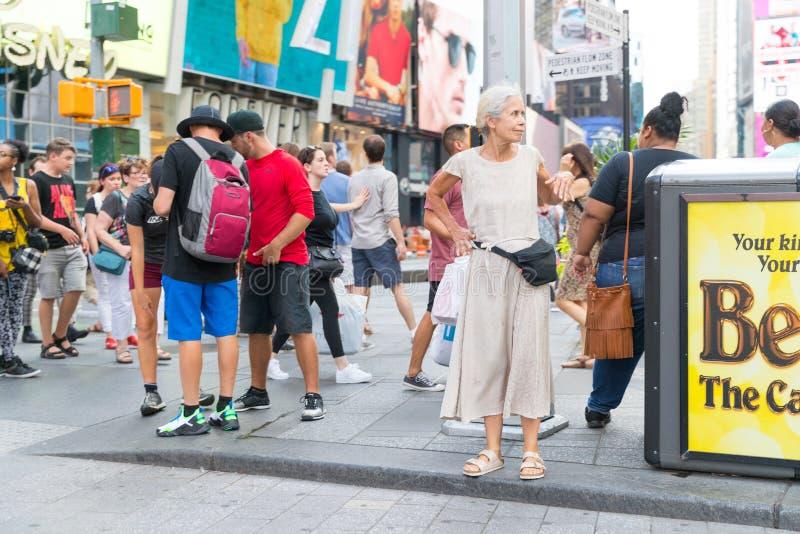 Таймс площадь, занятое туристское пересечение неоновых искусства и коммерции и иконическая улица Нью-Йорка стоковые изображения