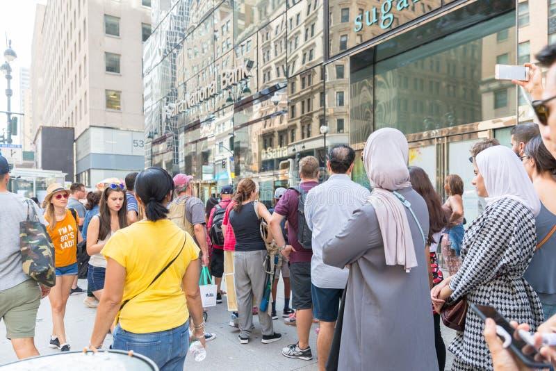 Таймс площадь, занятое туристское пересечение неоновых искусства и коммерции и иконическая улица Нью-Йорка и Америки стоковые фото