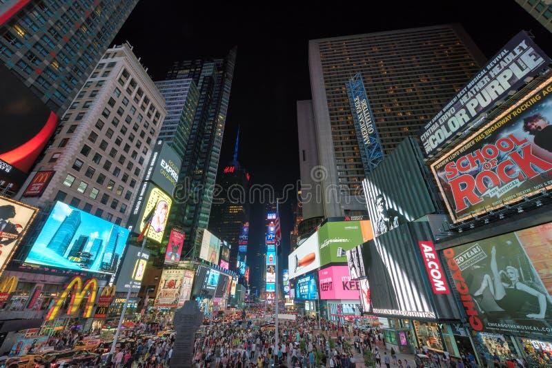 Таймс площадь на ноче в Манхаттане, Нью-Йорке стоковые фото