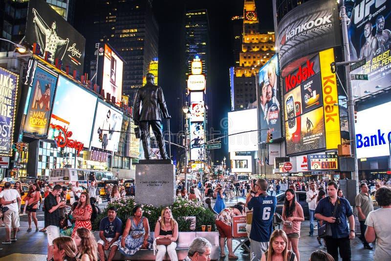 Таймс площадь, Нью-Йорк, Нью-Йорк, Соединенные Штаты - около 2012 больших толпы туристов людей на статуе Джордж m Cohan стоковое фото
