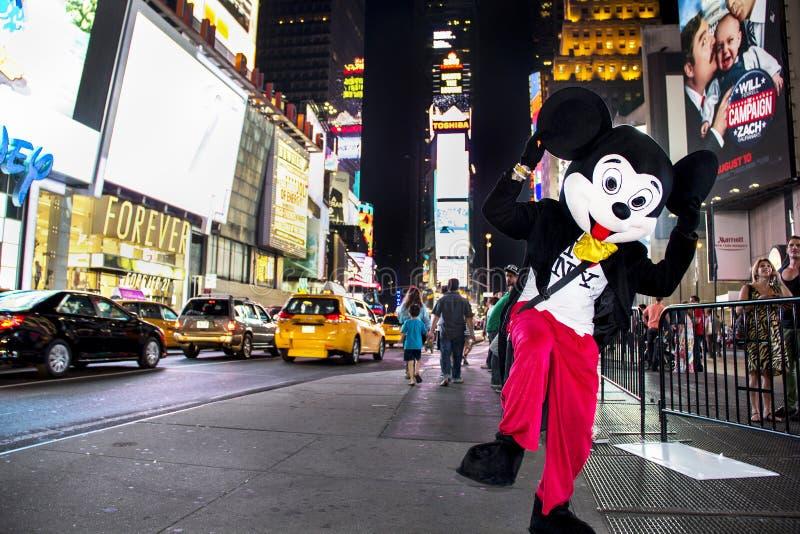 Таймс площадь, Нью-Йорк, Нью-Йорк, Соединенные Штаты - около характер 2012 мыши mickey Дисней в Таймс площадь костюма на ноче стоковое изображение