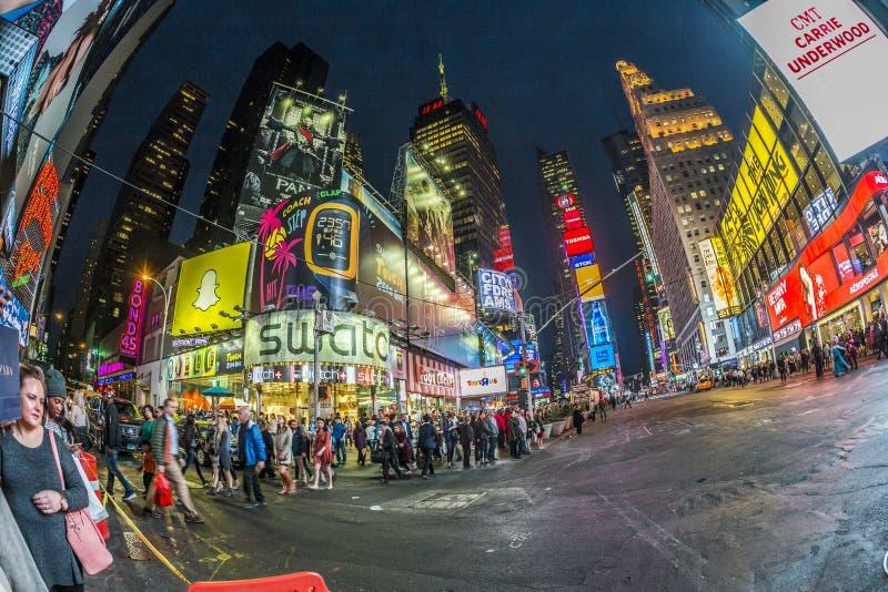 Таймс площадь, отличаемое с театрами Бродвей и огромным числом  стоковые изображения