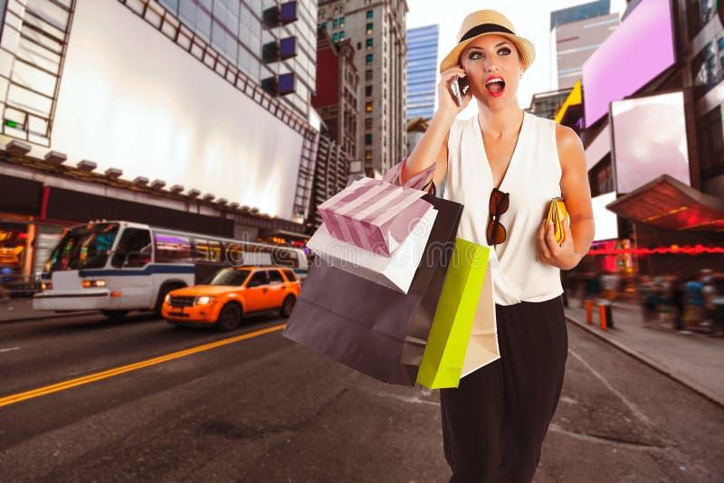 Таймс площадь телефона белокурой девушки shopaholic говоря стоковые фотографии rf