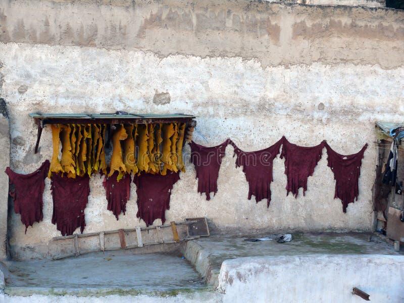 Тайники красного цвета и желтого цвета суша в морокканском городе Fes стоковое изображение