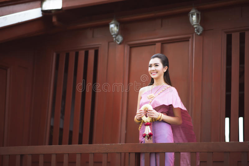 Тайская девушка одевает тайский традиционный костюм на традиционное тайском стоковое изображение rf