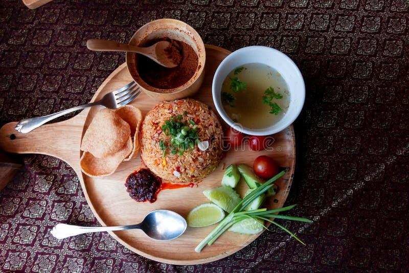 Тайская еда жареных рисов на деревянном стоковое изображение