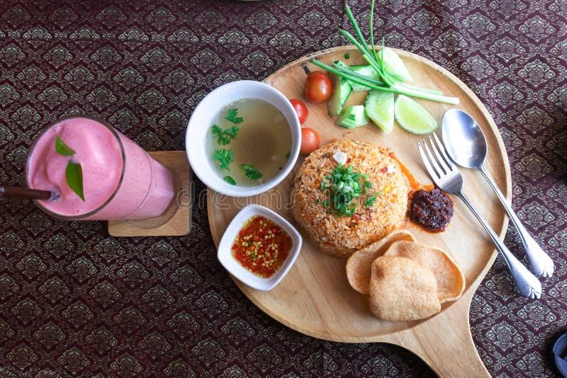 Тайская еда жареных рисов на деревянном стоковая фотография rf