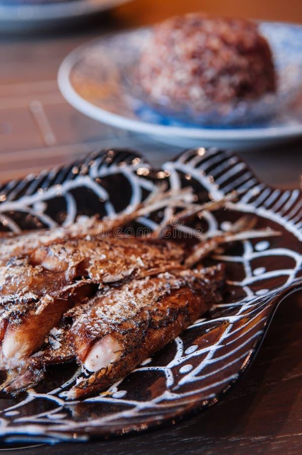 Тайская еда на обеденном столе, глубоко зажаренной кудрявой рыбе makerel на bea стоковые изображения