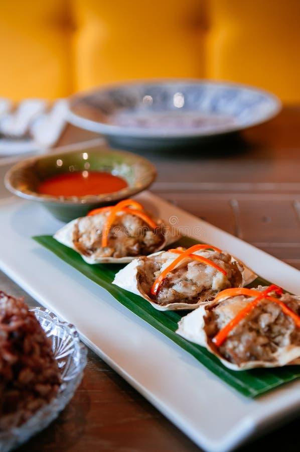 Тайская еда на обеденном столе, глубоко зажаренном заполненном конце краба вверх по съемке стоковые фото