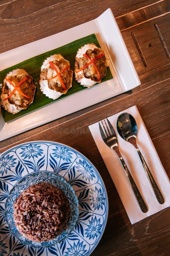 Тайская еда на обеденном столе, глубоко зажаренном заполненном крабе и тайском blac стоковое фото rf