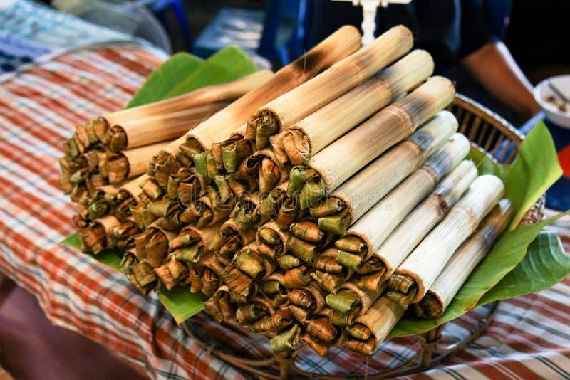 Тайская еда улицы, десерт Таиланда, Glutinous рис зажаренный в духовке в бамбуке стоковые изображения rf