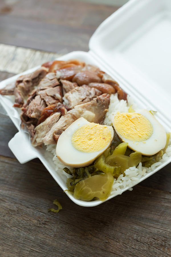 Тайская еда, коробка для завтрака потушила ногу свинины на рисе стоковое изображение