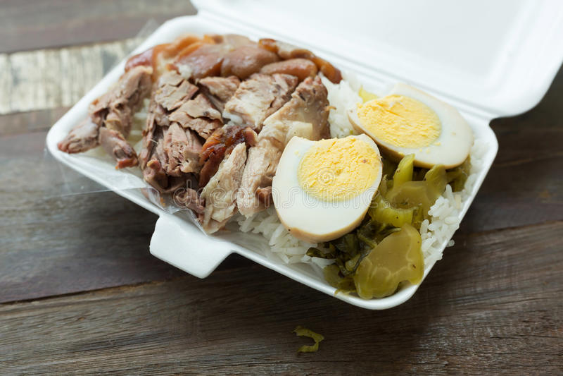 Тайская еда, коробка для завтрака потушила ногу свинины на рисе стоковые изображения rf