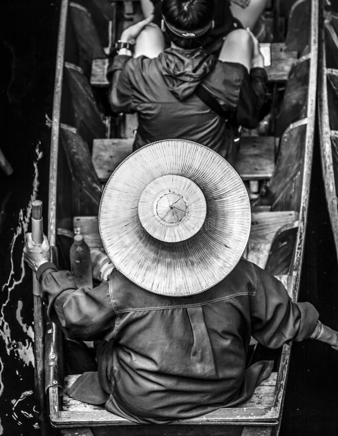Тайская женщина нося соломенную шляпу стоковая фотография rf