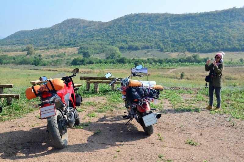 Тайская женщина принимает мотоцикл спорта фото и мотоцикл тяпки стоковое изображение rf