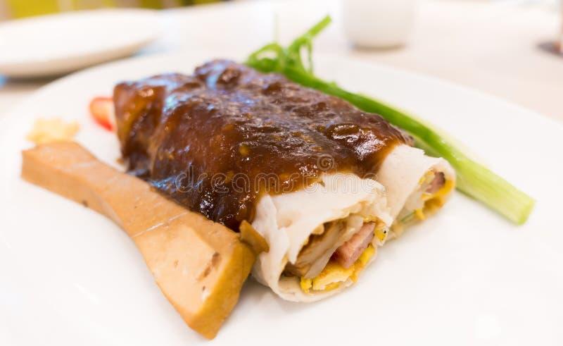 Тайская закуска блинчика с начинкой с сладостным соусом стоковая фотография rf