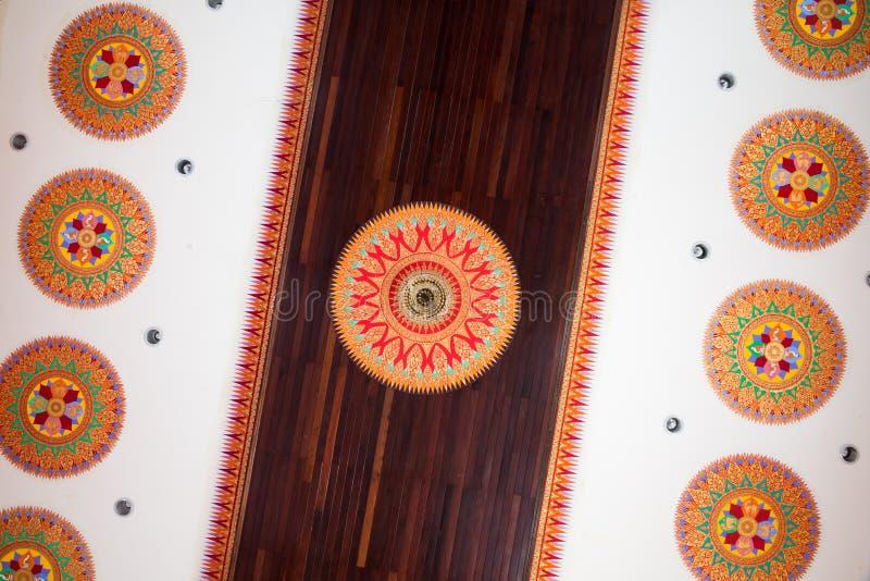 Тайская картина на виске потолка стоковая фотография rf
