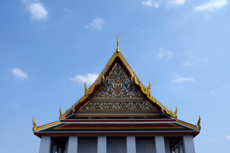 Тайская крыша виска с голубым небом стоковое фото rf
