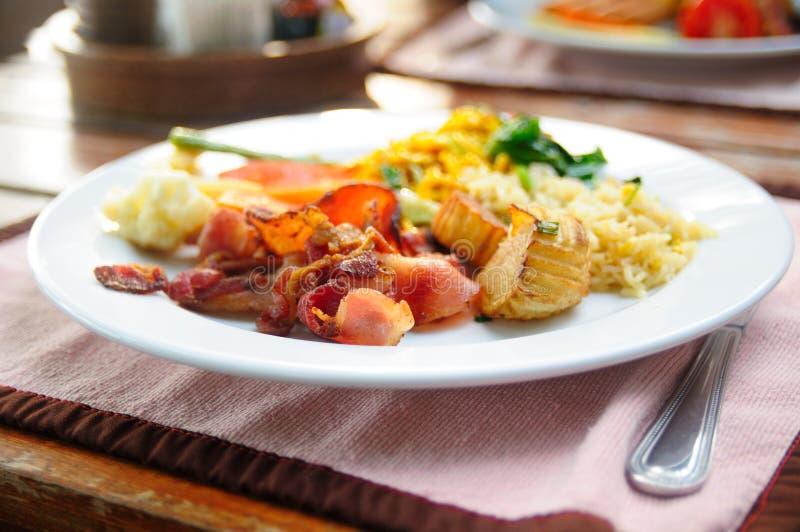 Тайская кухня - жареный рис с овощами и мясом стоковая фотография