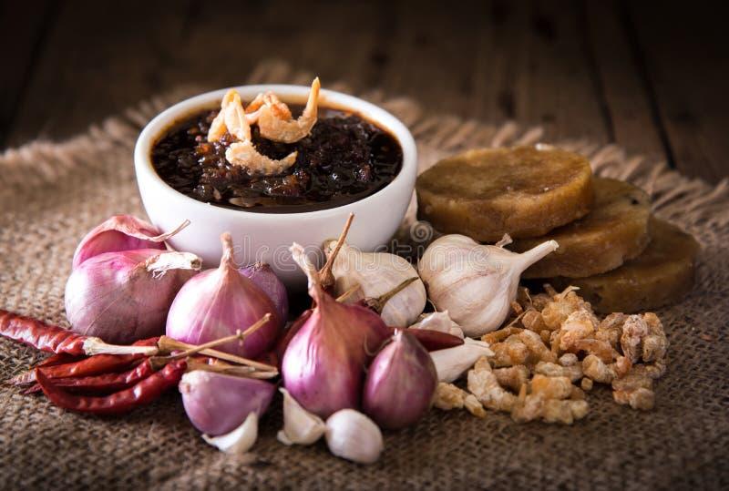 Тайская кухня, затир chili смешивает с травой стоковое изображение rf