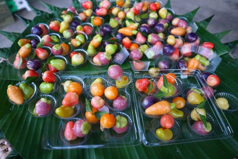 Тайская кухня имеет разнообразие шармы и десерты в красивом цвете стоковое изображение rf