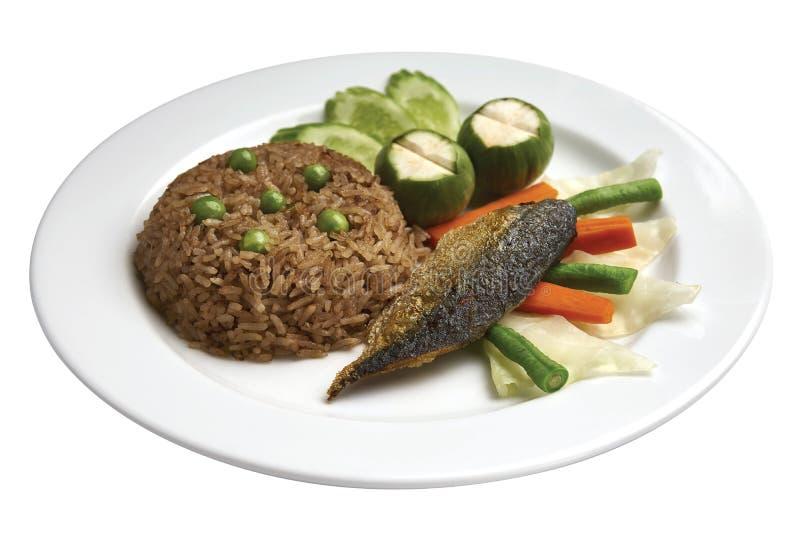 Тайская кухня - рис закаленный с зажаренным mackarel с соусом креветк-затира стоковое изображение