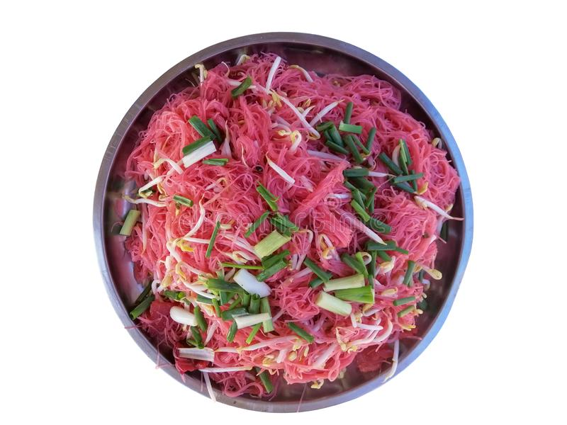 Тайская кухня, шевелит зажаренную розовую лапшу в большом алюминиевом подносе на белой предпосылке стоковые изображения