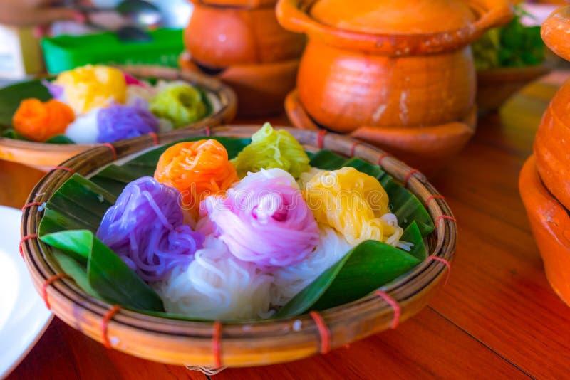 Тайская лапша еды с полным цветом стоковое изображение rf