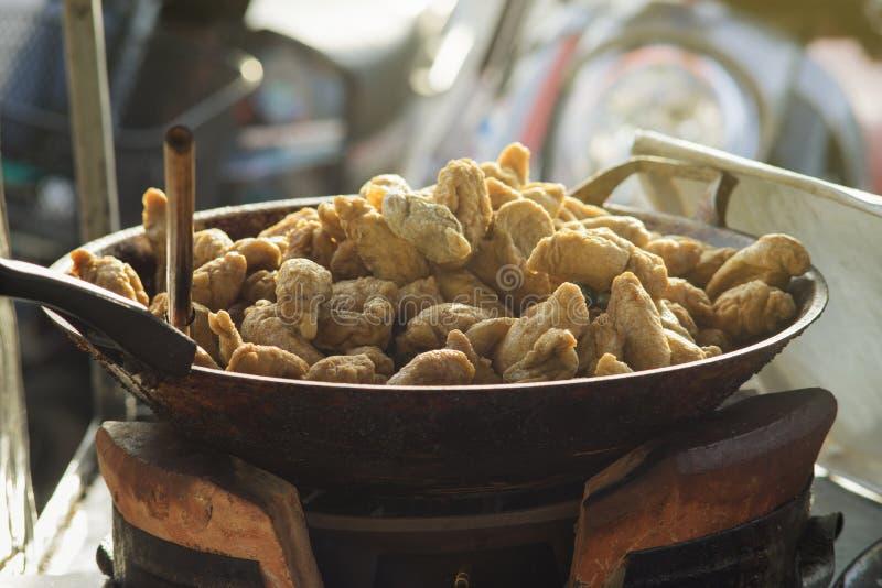 Тайская местная еда улицы, зажаренный шарик рыб рэгби в горячем лотке, световой эффект добавила, селективный фокус стоковое фото rf