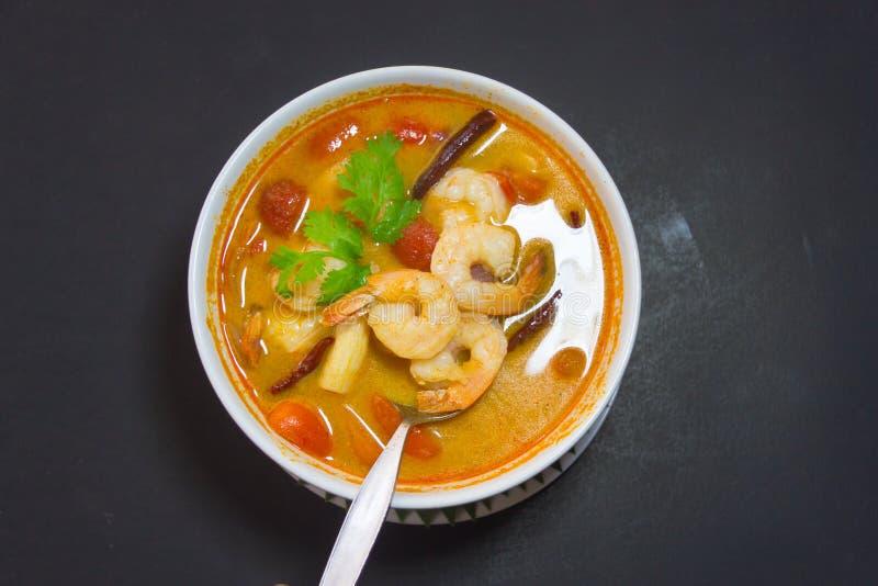 Тайская предпосылка изолята Тома Яма Kung блюд стоковое изображение