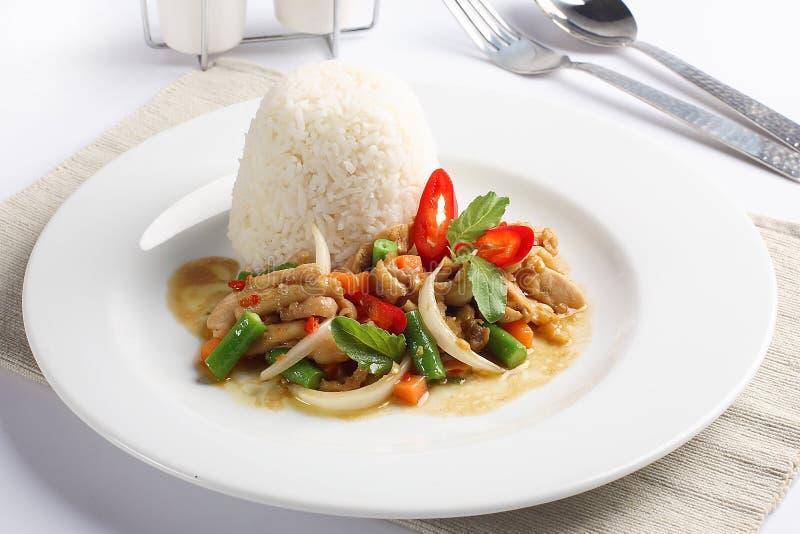 Тайская пряная еда, базилик whit жареной курицы stir на рисе стоковые изображения rf