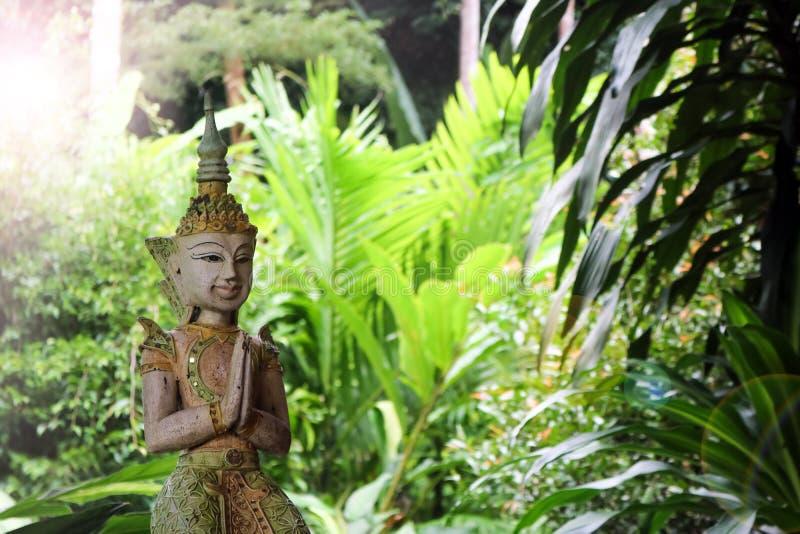 Тайская статуя ангела в саде стоковая фотография rf