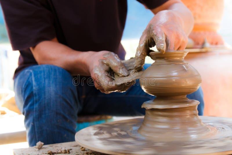 Тайская традиционная гончарня глины в Koh Kret стоковое фото