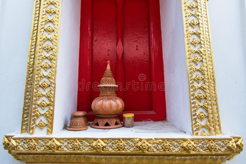 Тайская традиционная гончарня глины помещенная на силле окна c стоковые изображения
