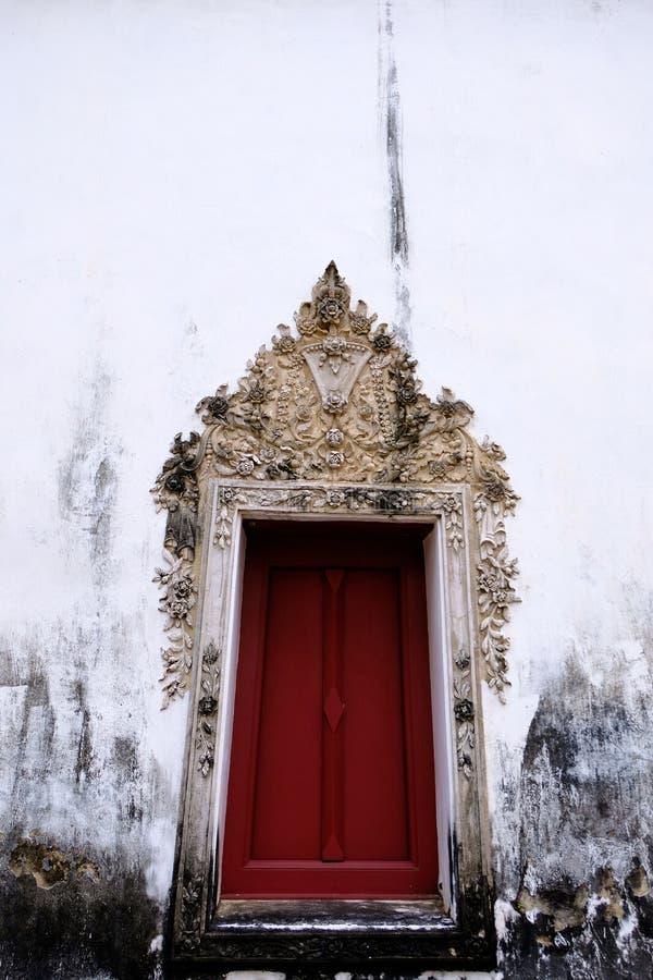 Тайская штукатурка искусства изолята оконной рамы с белым цветом и красным деревянным цветом стоковое изображение rf