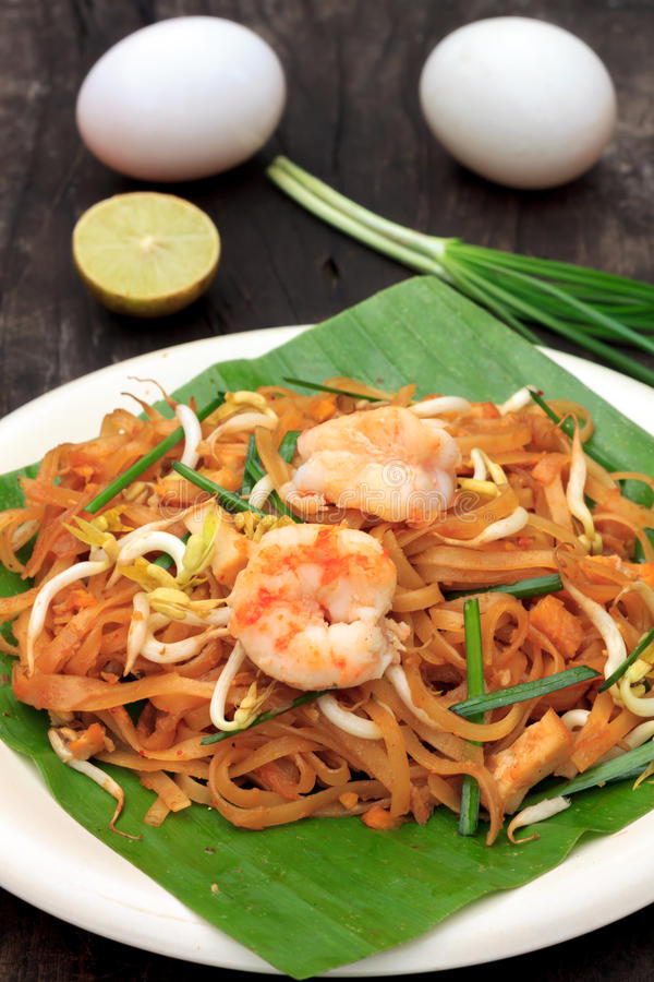 Тайские лапша или padthai с креветкой и овощем нерезкости, лимоном, яичком стоковая фотография rf