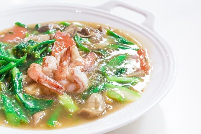 Тайские блюда вызвали ' Rad Na' , Широкие морепродукты лапш риса в подливке, китайской еде стоковые изображения rf