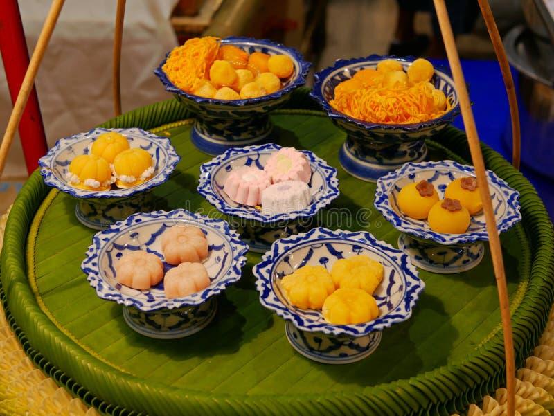 Тайские десерты в керамические шары помещенные и показанные на портат стоковое изображение