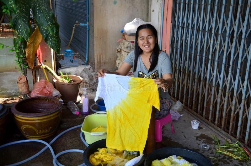 Тайские женщины моя и чистые одежды после natu батика связи крася стоковая фотография