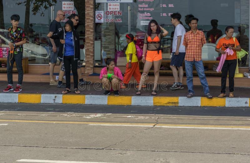 Тайские люди ждали начало популярного парада Songkran стоковое фото