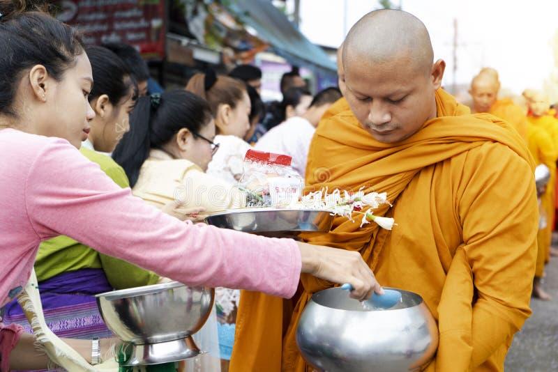 Тайские люди предлагают еду к буддийским монахам, район Таиланд Sangklaburi Karnchanaburi, дату 17-ое сентября 2019 стоковые фото