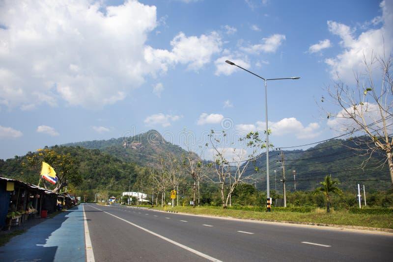 Тайские люди управляя автомобилем на дороге на сельской местности с местным магазином для людей ходя по магазинам на около дороге стоковые изображения rf