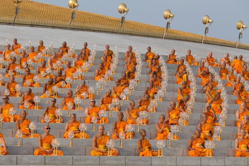 Тайские монахи во время буддийского дня Magha Puja церемонии в Wat Phra Dhammakaya в Бангкоке, Таиланде стоковые изображения