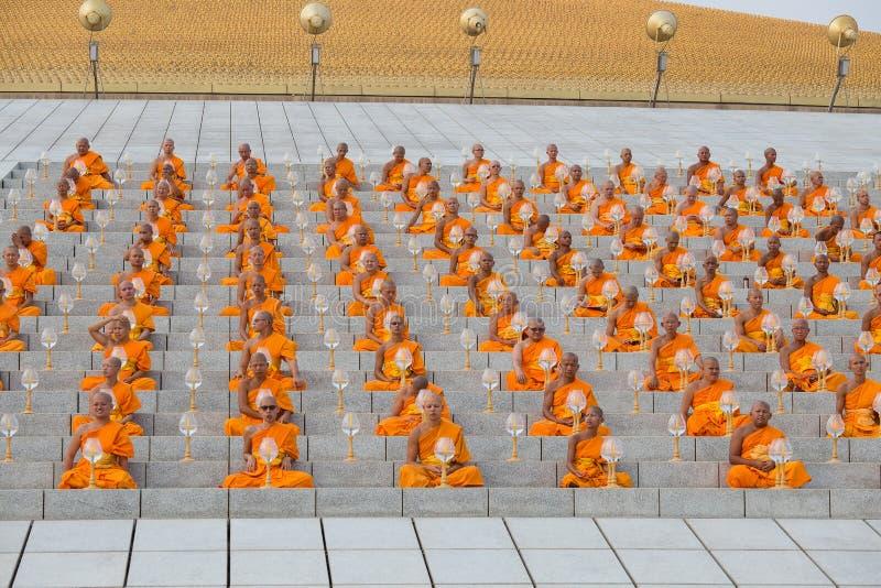 Тайские монахи во время буддийского дня Magha Puja церемонии в Wat Phra Dhammakaya в Бангкоке, Таиланде стоковые фотографии rf