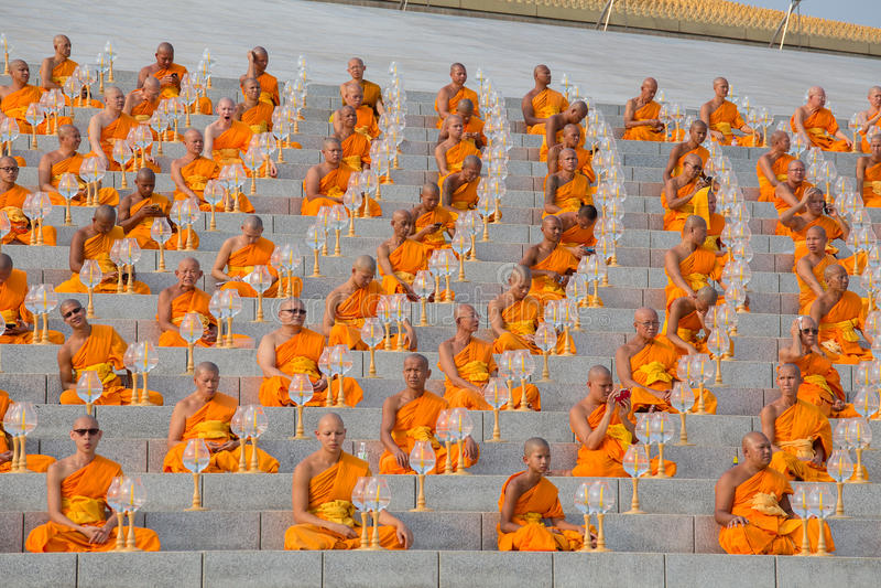 Тайские монахи во время буддийского дня Magha Puja церемонии в Wat Phra Dhammakaya в Бангкоке, Таиланде стоковое изображение